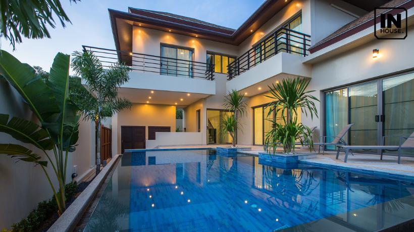 Biệt thự 2 tầng có tường bao quanh và hồ bơi