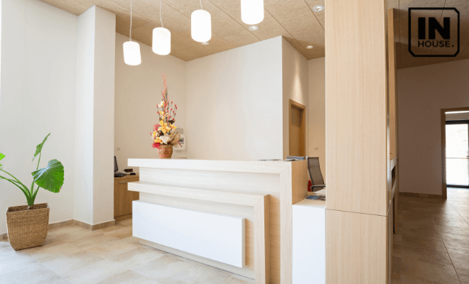 Quầy lễ tân khách sạn mini 2 mặt tiền phong cách đơn giản